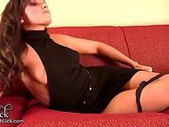 Девчонка эротично позирует, лёжа на диване и раздеваясь, для объективов камер 8