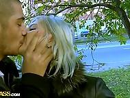 Скромная девушка повелась на уламывания русских пикаперов и прямо на улице взяла за щеку 6