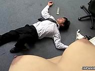 Сотруднику пришлось основательно вылизать заросшую пиздёнку японской коллеги, прежде чем он её чикнул 4