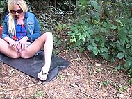 Platinum blonde with sunglasses came to the park and appeased smooth sissy with fingers and small vibrator 7