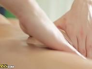 Расслабляющий массаж возбудил россиянку и её руки сами потянулась за членом симпатичного мастера 4