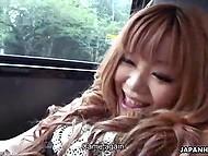 Шаловливая тёлочка задрала юбку и мастурбирует в машине в японском видео с субтитрами 11