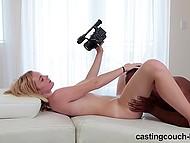 Чтобы сняться в музыкальном клипе, светленькой няше нужно было раздвинуть ноги перед чёрным агентом 8