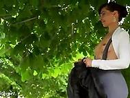 Неугомонная цыпочка в обтягивающих лосинах продемонстрировала модельную походку, а затем и голые цицероны 11