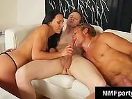 Стройненькая брюнетка в купальнике делит члены с двумя мужичками в бисексуальном троячке