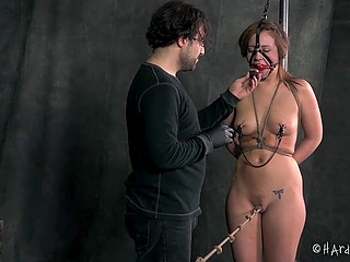 Trimmed pussy of Maddy Oreilly walked on the rope with knots from one end to the other thanks to power of will
