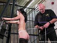 Очкатый старикан проявил небывалый профессионализм, прикрепив верёвки к спине брюнетки при помощи степлера 10