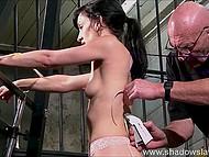 Очкатый старикан проявил небывалый профессионализм, прикрепив верёвки к спине брюнетки при помощи степлера 9