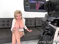 Обворожительная мадам выставляет обалденные цицероны и теребонькает перед камерой 11