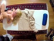 Татуированная клиентка с мясистыми дойками сильно возбудилась и захотела горячего хуйца массажиста 8