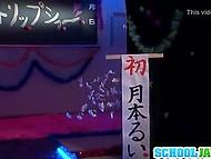 Титькастая японочка засветила волосатую щель перед зрителями, а с самым настойчивым даже перепихнулась 6
