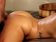 Мужики порадовали роскошную дамочку с большой грудью шикарным сексом в дополнении к массажу 10