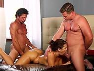 Мужики порадовали роскошную дамочку с большой грудью шикарным сексом в дополнении к массажу 11