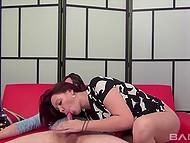 Паренёк заснял на видео, как он даёт за щеку зеленоглазой сосочке и поливает спермой язычок 9