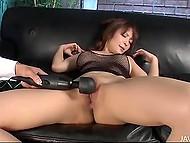 Чел доставляет удовольствие даме в сетчатом бельишке, орудуя вибраторами у неё между ног 9