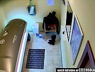Молодые чешки ласкают себя в солярии и не подозревают, что их снимает скрытая камера 3