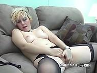 Блонда удобно расположилась на софе и помастурбировала, засовывая пальчики внутрь 4