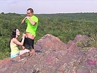 Брюнетка решила отдаться парню на свежем воздухе во время романтической прогулки 3
