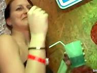 Девчата на вечеринке дичают и начинают ласкать себя, а вскоре находят и настоящий мужской член, который жадно сосут 9