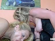 Зрелая немецкая леди помогла подруге выбраться из корсета и устроиться на фаллосе чувака 4