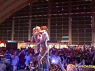 Смелые девчата с желанными телами эротично танцуют на сцене перед любопытными зрителями 11