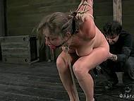 Развратник связал дамочку так, чтобы её попка торчала кверху и довёл её вибратором до дрожи 10