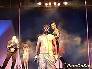 Властная женщина в латексе на сцене со своим рабом устраивает шоу: бьёт его плетьми и заставляет пить свою урину 6