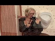 Блондинка в чёрном нашла в туалете дырочку с сюрпризом, который она обработала ротиком 4