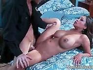 Лысик использовал слюну в качестве смазки и засадил длинный хер в вагинку бомбовой Priya Rai 3