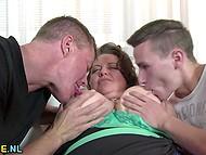 Парнише позвал кореша, чтобы осуществить желание зрелой толстушечке, мечтавшей о сексе втроём 4