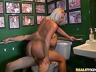 Блондинка решила полирнуть болт лысого чувака прямо в туалете и умыться его спермой 10