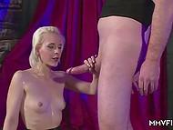 Белокурая деваха с миниатюрным телом радостно обслуживает мужиков в немецком видео 11
