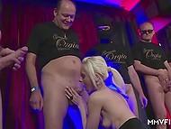 Белокурая деваха с миниатюрным телом радостно обслуживает мужиков в немецком видео 5