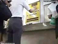 Нахал с камерой пытается заглянуть под юбку трём азиатским девочкам в торговом центре 6