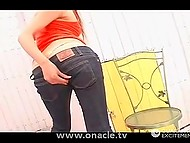 Минет был хорош, но мужик получил больше удовольствия, доведя девчонку в порванных джинсах до сквирта 4