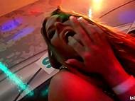 Смелые девчата вылизывают пиздёнки и обслуживают стриптизёров под хорошую музычку на вечеринке 10