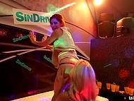 Смелые девчата вылизывают пиздёнки и обслуживают стриптизёров под хорошую музычку на вечеринке 8
