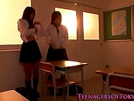 New student found a great way to make friends with classmate in the Japanese video 10