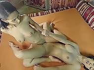 Черноволосые лесбиянки не собирались бороться, им было по кайфу тереться кисками