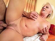 Зрелая блондинка вовсю наслаждается членом любовника в своей мокрой киске 6