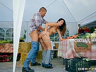 While peasant was carrying vegetables in the car buyer wildly fucked his seductive wife under the canopy