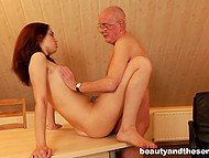 Young hole seduces her uncle in a very unscrupulous way by denuding in front of him