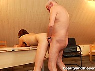 Young hole seduces her uncle in a very unscrupulous way by denuding in front of him 9