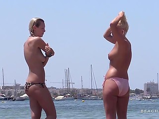 Тип незаметно снимает молодых девушек, загорающих и купающихся без лифчиков