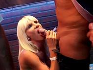 Вечериинка в клубе подошла к завершению и напоследок стриптизёры и посетительницы занялись оральным сексом