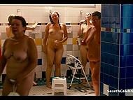 После купания в бассейне, парочка предалась горячему сексу на матрасе в большой комнате 3