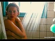 После купания в бассейне, парочка предалась горячему сексу на матрасе в большой комнате 8