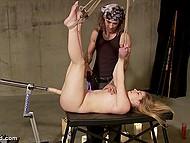 Мужик связал беззащитную девушку и проверяет её киску на прочность своей секс-машиной 4