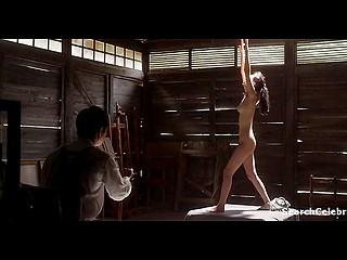 Азиатская девчонка позирует обнажённой перед художником, который зарисовывает её окружности
