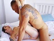 Зрелая дама с татуированным телом и пирсингом вагины активно ебётся в зад на белой простыне 9